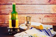 Изображение Саббата хлеб и кандели challah на деревянном столе Стоковое Фото