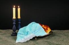 Изображение Саббата хлеб challah, вино Саббата и кандели на деревянном столе верхний слой яркого блеска Стоковые Изображения RF