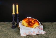 Изображение Саббата хлеб challah, вино Саббата и кандели на деревянном столе верхний слой яркого блеска Стоковое фото RF