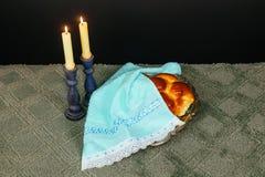 Изображение Саббата хлеб challah, вино Саббата и кандели на деревянном столе верхний слой яркого блеска Стоковая Фотография