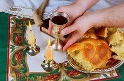 Изображение Саббата хлеб challah, вино Саббата и кандели на деревянном столе Стоковые Изображения RF