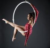 Изображение сексуальной циркаческой девушки представляя с обручем Стоковое фото RF