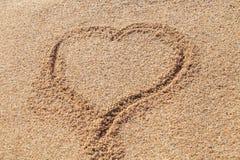 Изображение сердца на песке пляжа стоковое изображение rf