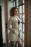 Изображение симпатичной сексуальной женщины Модная маленькая девочка в пальто Пальто тонкой молодой модели нося белое короткое По Стоковые Фото