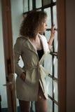 Изображение симпатичной сексуальной женщины Модная маленькая девочка в пальто Пальто тонкой молодой модели нося белое короткое По Стоковое Фото