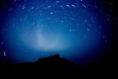 Изображение силуэта дерева на холме с голубой предпосылкой Стоковое Изображение