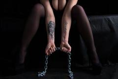 Изображение сидя женщины держа цепь Стоковое фото RF