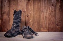 Изображение сломленных черных ботинок стоковые изображения