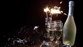 Изображение состава партии Стекла заполненные с шампанским помещенным на черной таблице видеоматериал