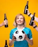 Изображение спорт белокурых с оружиями выбирая между шариком и бутылкой алкоголя стоковая фотография rf
