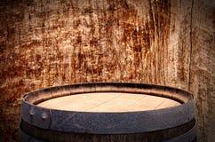 Изображение старого бочонка вина дуба перед деревянной предпосылкой Стоковое Изображение RF