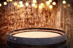 Изображение старого бочонка вина дуба перед деревянной предпосылкой Стоковые Изображения