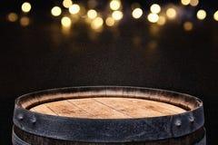 Изображение старого бочонка вина дуба перед черной предпосылкой Стоковое Изображение