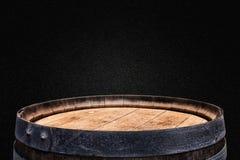 Изображение старого бочонка вина дуба перед черной предпосылкой Стоковые Изображения RF