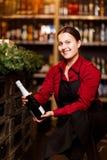 Изображение счастливого брюнета с бутылкой вина сидя на корточках стоковые изображения rf