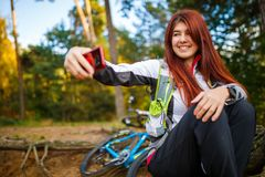 Изображение счастливой девушки фотографируя в лесе осени Стоковое фото RF