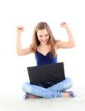 Изображение счастливой женщины при портативный компьютер изолированный на белизне Стоковые Фотографии RF