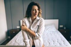 Изображение счастливой привлекательной женщины в спальне Стоковые Фотографии RF