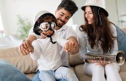 Изображение счастливой семьи имея потеху приурочивает совместно Стоковая Фотография