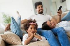 Изображение счастливой семьи тратя время совместно Стоковое Изображение RF