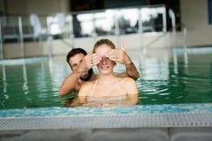 Изображение счастливых пар ослабляя в бассейне Стоковое фото RF