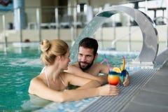 Изображение счастливых пар ослабляя в бассейне Стоковая Фотография RF