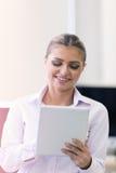 Изображение счастливой женщины с таблеткой Стоковая Фотография