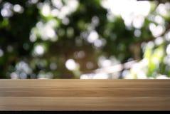 Изображение темного деревянного стола перед конспектом запачкало backgrou стоковые фотографии rf