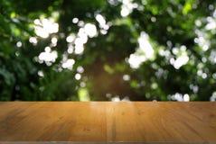 Изображение темного деревянного стола перед конспектом запачкало backgrou стоковое фото rf