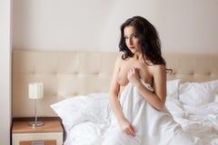 Изображение топлесс женщины представляя в спальне гостиницы Стоковая Фотография RF