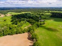изображение трутня вид с воздуха сельского района с полями Стоковое Изображение