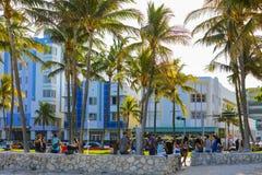 Изображение туристов купая после привода Майами океана пляжа Стоковое Фото