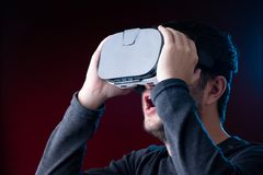 Изображение удивленного молодого парня со стеклами виртуальной реальности стоковая фотография
