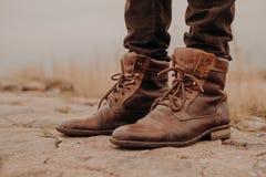 Изображение укомплектовывает личным составом ноги в старых ботинках Концепция продажи ботинок Время осени художническая детальная стоковая фотография