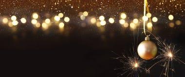 Изображение украшения шарика золота дерева рождества праздничного Стоковая Фотография RF
