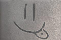 Изображение улыбки на freezen окно Изображение на падении замороженной воды Черная белая предпосылка стоковое изображение