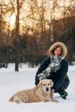 Изображение усмехаясь девушки на прогулке с собакой на предпосылке деревьев Стоковая Фотография RF