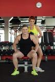 Изображение усмехаясь молодых спортсменов представляя в спортзале Стоковые Фото