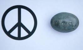 Изображение утеса выгравированного с миром слова около изображения знака мира Стоковые Изображения RF