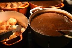 Изображение фотографии еды больших лотков или баков заполнило с горячими картошками подливки и жаркого золотого цвета кудрявыми н Стоковые Фотографии RF