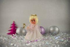 Изображение фотографии рождества с старыми винтажными ручной работы fairy безделушками украшения дерева экстракласса и яркого бле Стоковые Изображения RF