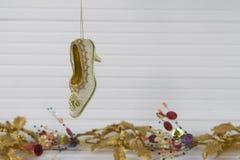 Изображение фотографии рождества украшения xmas вися вверх викторианского ботинка с праздничной предпосылкой xmas золота на белой Стоковое Изображение RF