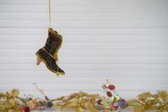 Изображение фотографии рождества украшения xmas вися вверх викторианского ботинка с праздничной предпосылкой xmas золота на белой Стоковые Фото