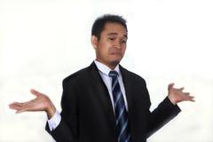 Изображение фото красивого привлекательного молодого азиатского бизнесмена с я надеваю ` t знаю жест стоковое изображение