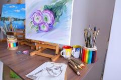 Изображение фото покрашенное художником и стойками на мольберте в стержне искусства Стоковая Фотография RF
