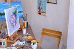 Изображение фото покрашенное художником и стойками на мольберте в стержне искусства Стоковое фото RF