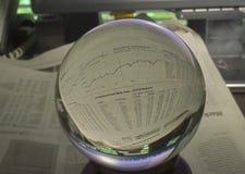 Изображение фото HDR диаграммы фондовой биржи через хрустальный шар Стоковая Фотография RF