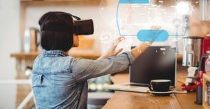 Изображение цифров составное женщины используя стекла VR Стоковые Фото