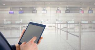 Изображение цифров составное исполнительного держа ПК таблетки с пустым экраном Стоковые Изображения RF