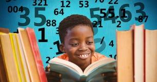 Изображение цифров составное мальчика изучая с летанием номера в предпосылке Стоковое Изображение